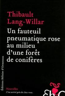 Un fauteuil pneumatique rose au milieu d'une forêt de conifères - ThibaultLang-Willar